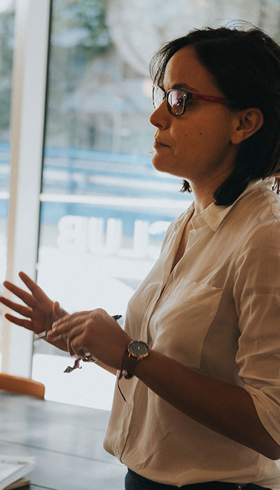 una mujer del equipo de EgaleCo Lab impartiendo una formación