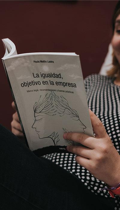 libro de igualdad objetivo en la empresa sujetado por una mujer del Equipo de EgaleCo Lab