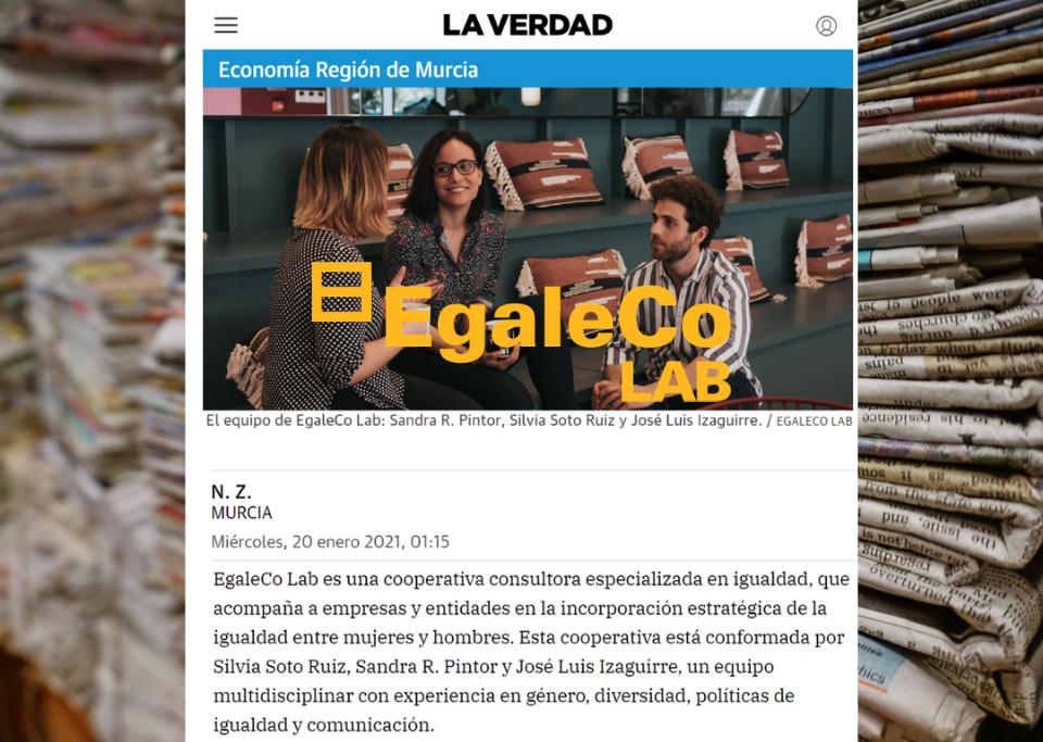 recorte de periódico del equipo de EgaleCo Lab en el diario murciano La Verdad sobre fondo de periódicos